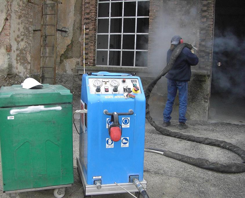 Pulitura con ghiaccio secco di manufatti esistenti